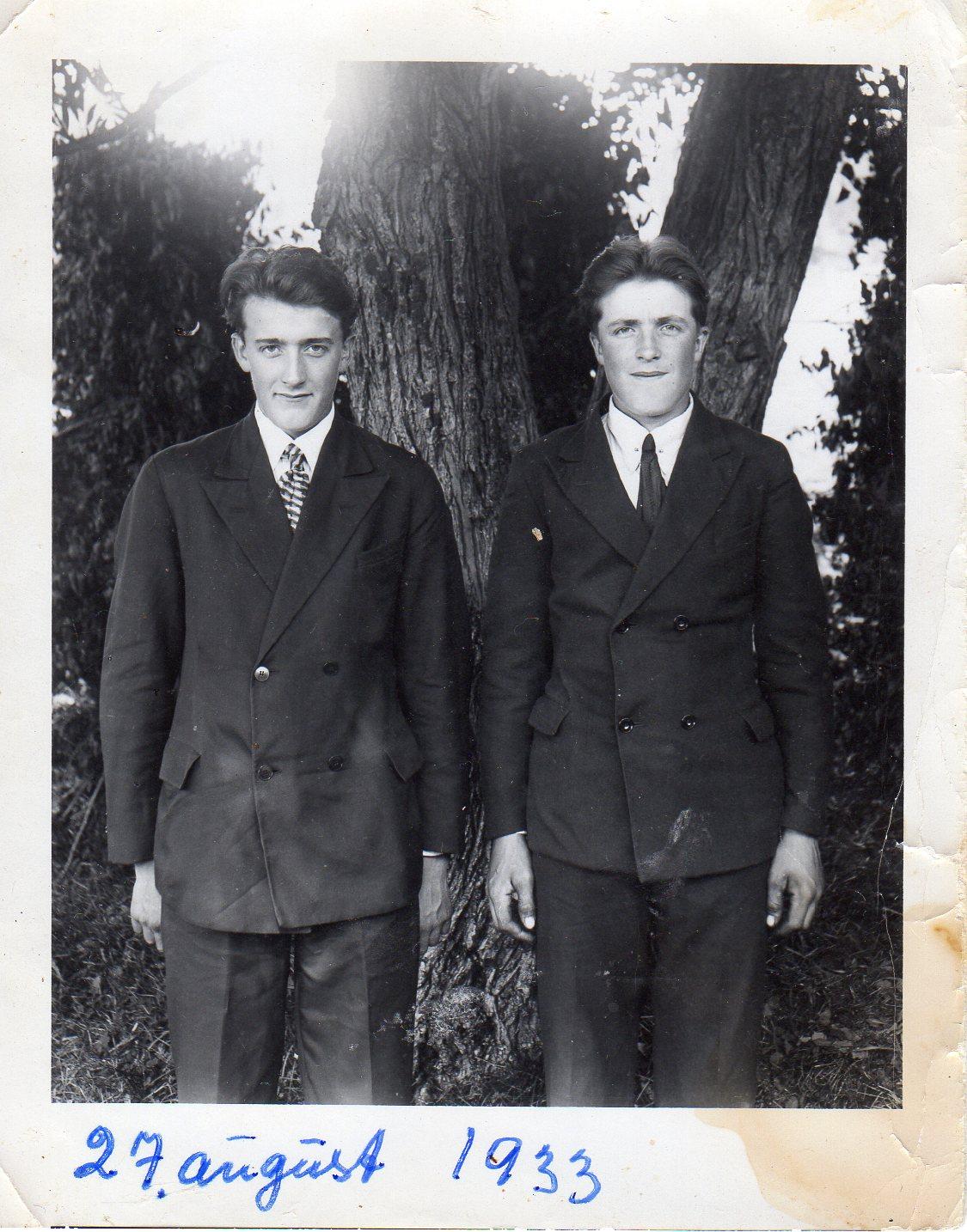 Brødrene Nils og Johannes ved tuntreet på Ulvenaune i 1933. Nils er 19 år og Johannes 16.