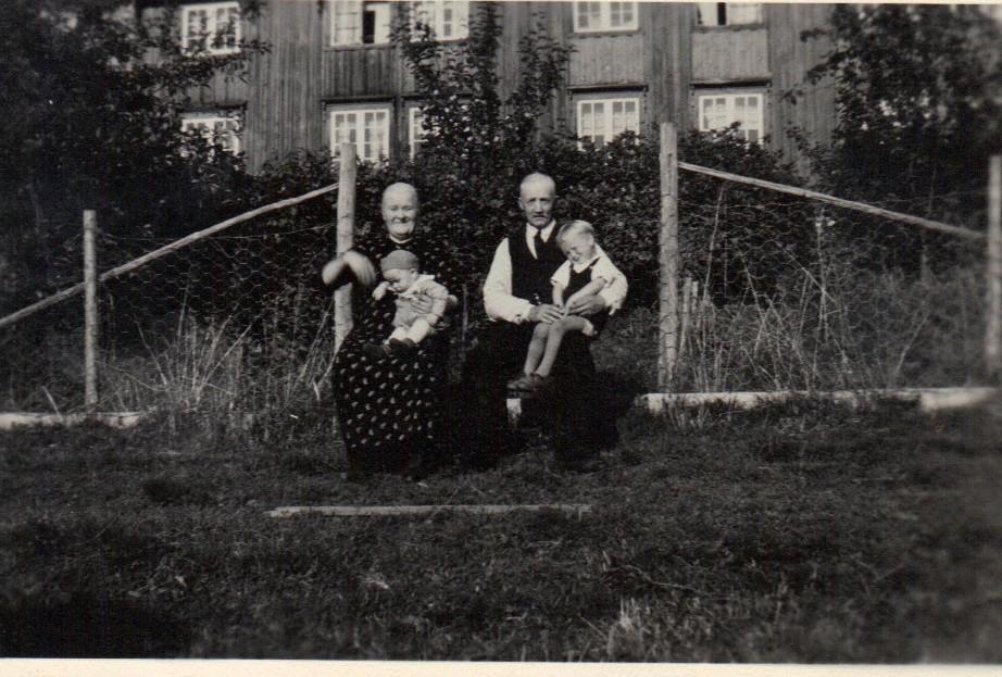 Ny generasjon på Ulvenaune. Jarle og Sigbjørn sammen med farmor Beret Marta og farfar John,