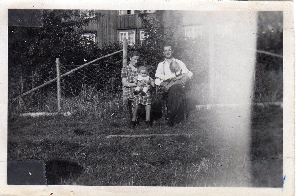 Sara og Nils med Sigbjørn og Jarle, 1943.