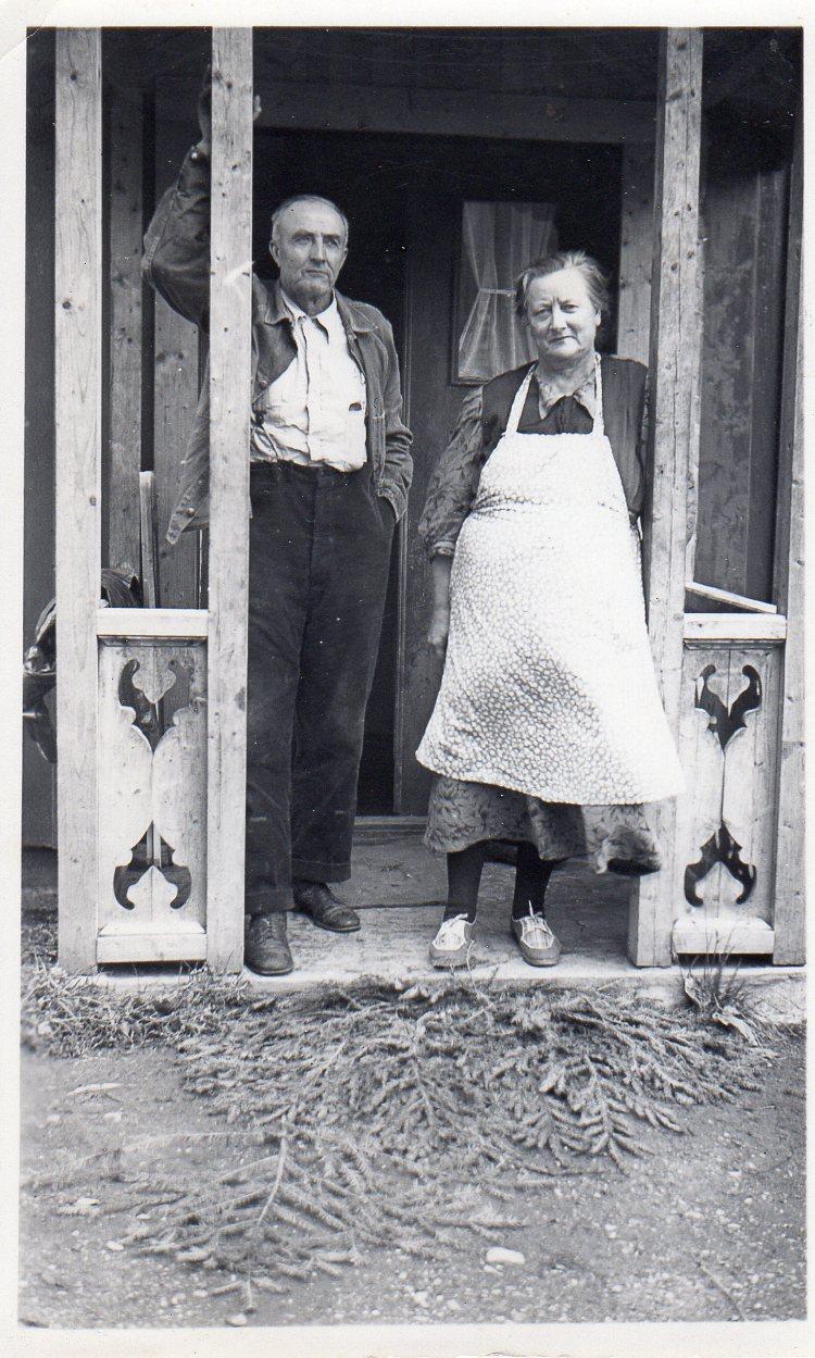 Nils Aune på Sundnes sammen med søstera Pauline under besøket fra USA i 1947. 24. Fra Gerds konfirmasjon i         . Her er hun sammen med foreldrene Gunnvor og Johannes Aune.