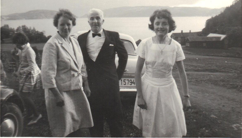 Fra Gerds konfirmasjon i         . Her er hun sammen med foreldrene Gunnvor og Johannes Aune.