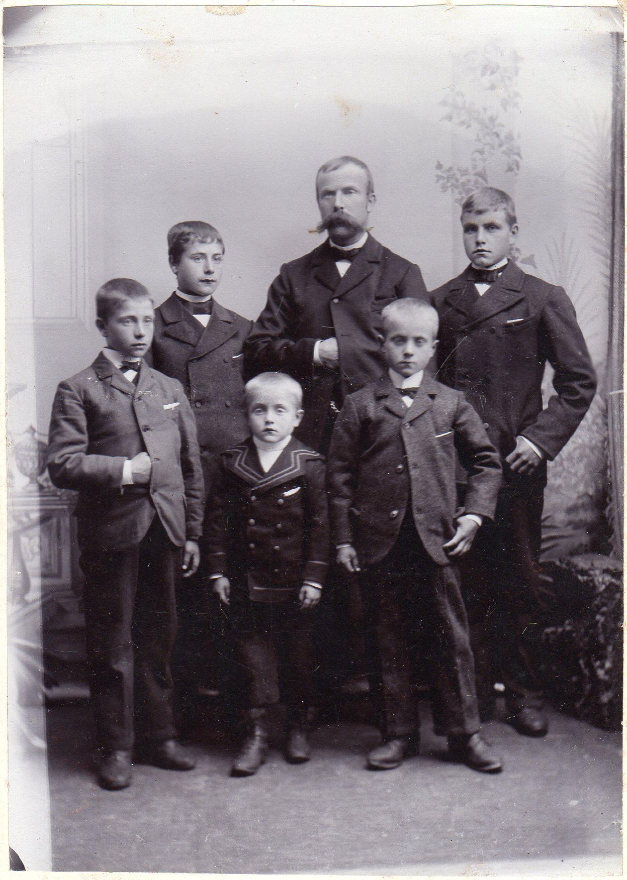Mannen med den flotte barten er Johannes Pettersen Leren, til vanlig kalt «skredderen». Han kjøpte bruket i 1890 og var den første av vår slekt på Ulvenaune. Han er her fotografert sammen med sine sønner. Den minste er Elias, født i 1893. Han er far til Arvid Aune som i dag bor på Levanger.