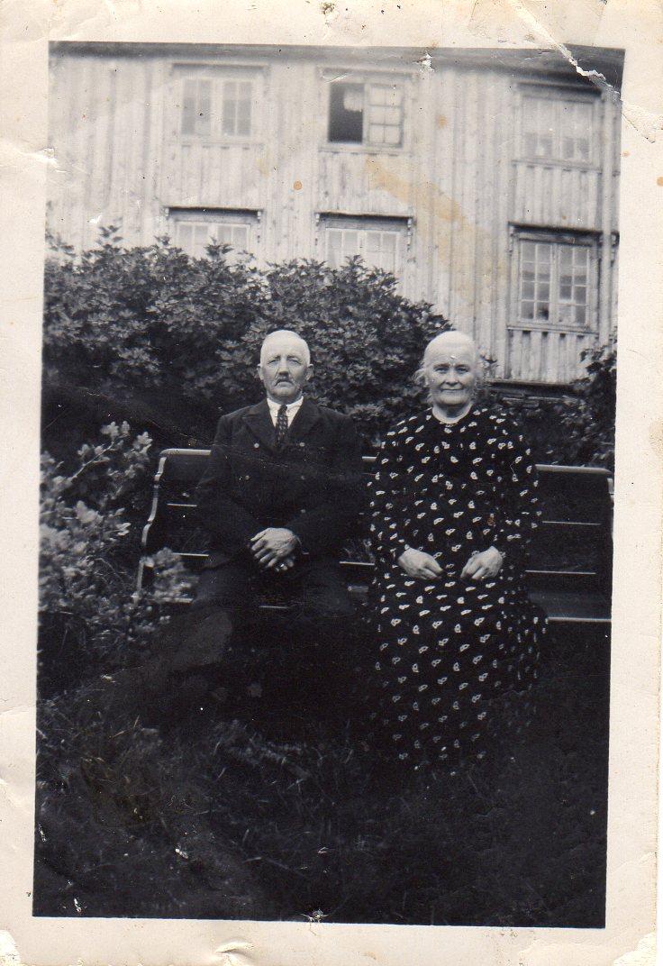 John og Beret Marta Ulvenaune, foreldrene til Nils. John var sønn av Karen og John og tok over      bruket i 1914, samme år som Nils ble født.