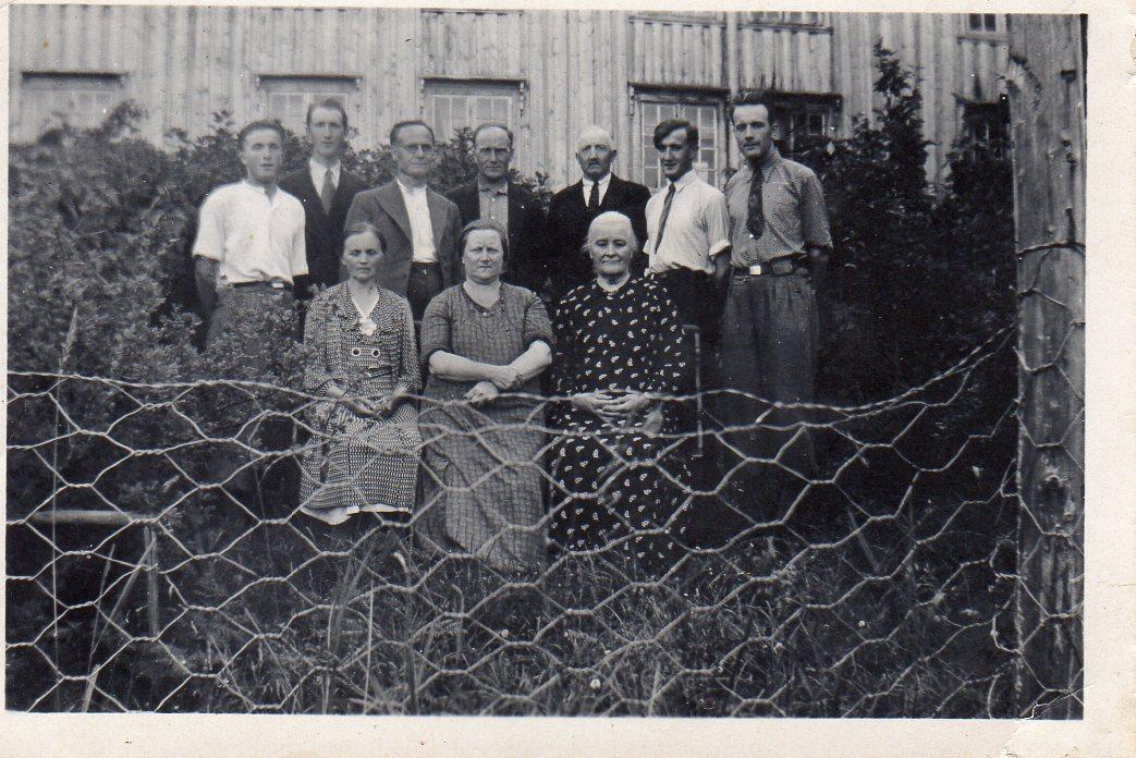 Familiesamling på Ulvenaune som lenge var en samlingsplass for slekta.