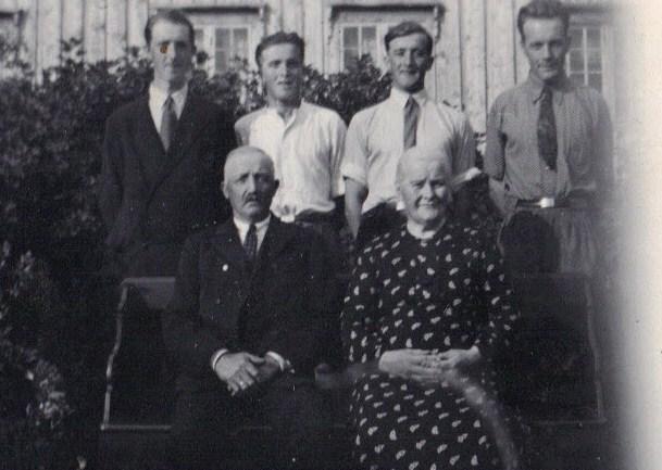 Beret Martha og John sammen med sønnene Ole, Johannes, Nils og John.