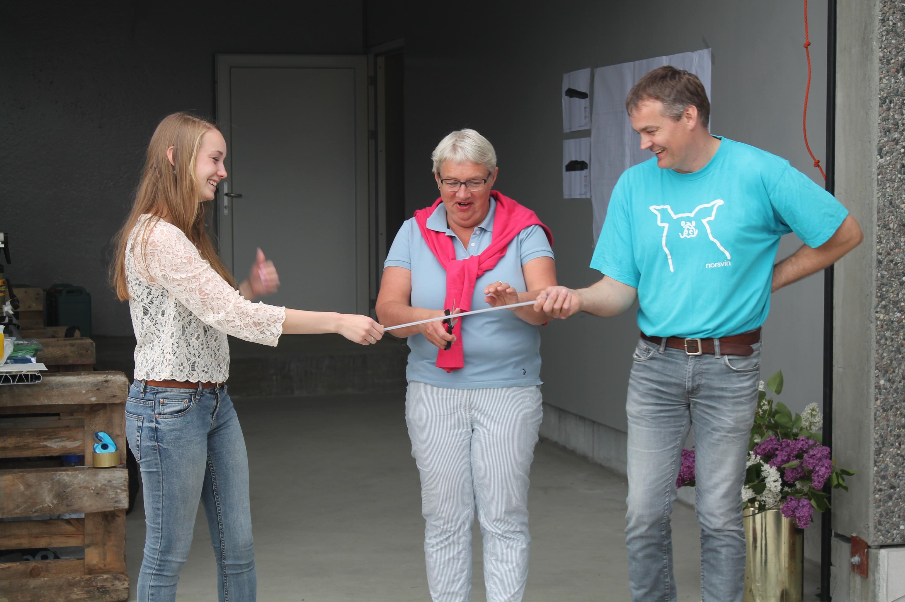 Offisiell åpning av fjøset foretas av Sara, landbruksirektør Kirsten Værdal og Svein magne