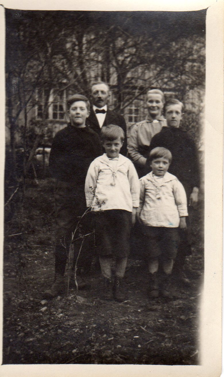Familien på Ulvenaune rundt 1920: Fra v. bak: Foreldrene John og Beret Martha i midten: John og Ole foran: Nils og Johannes