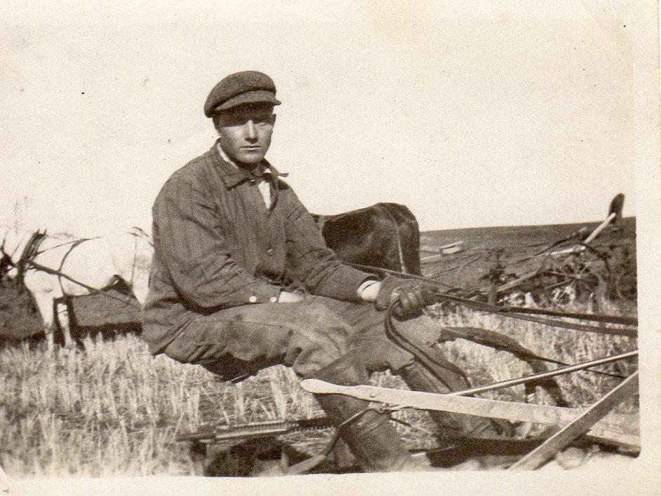 Nils som utvandret til Amerika i 1910 i arbeid på den nesten 2000 mål store farmen i Nord-Dakota. Ennå er det hesten som står for krafta.