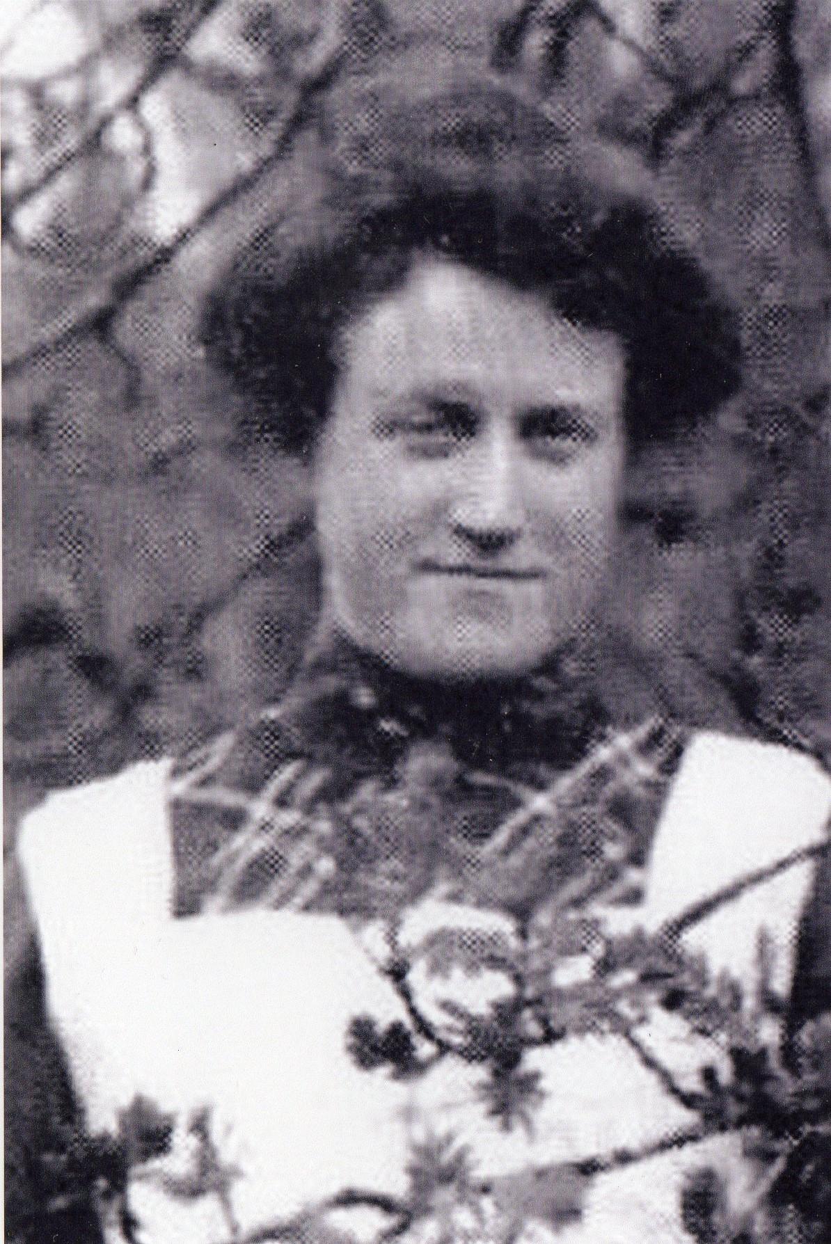 Pauline som også bodde på Ulvanaune. Hun var tante til Nils og søster til hans far. Hun var fysisk funksjonshemmet etter at hun ble angrepet av den verdensomspennende influensaepidemien «spanskesyken» i 1919.