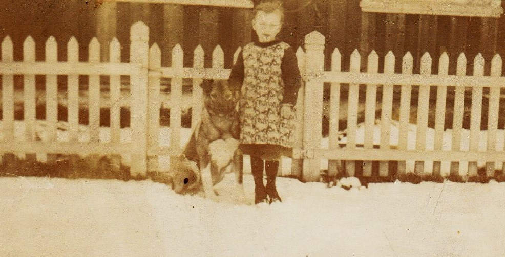 Sara som fireåring på Øvre Mære i 1922 sammen med en trofast kamerat