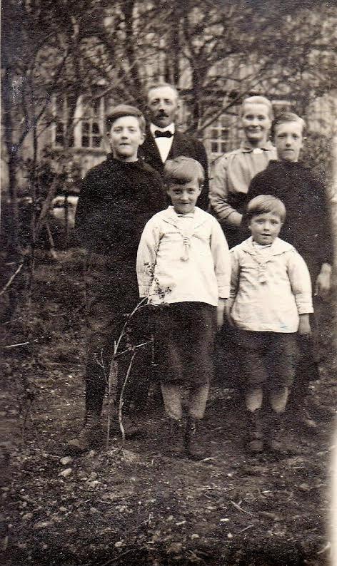 Småbrukerfamilien på Ulvenaune: Fra venstre: Nils og . Johannes, i midten storebror John og Ole. Bak står foreldrene John og Beret Martha.
